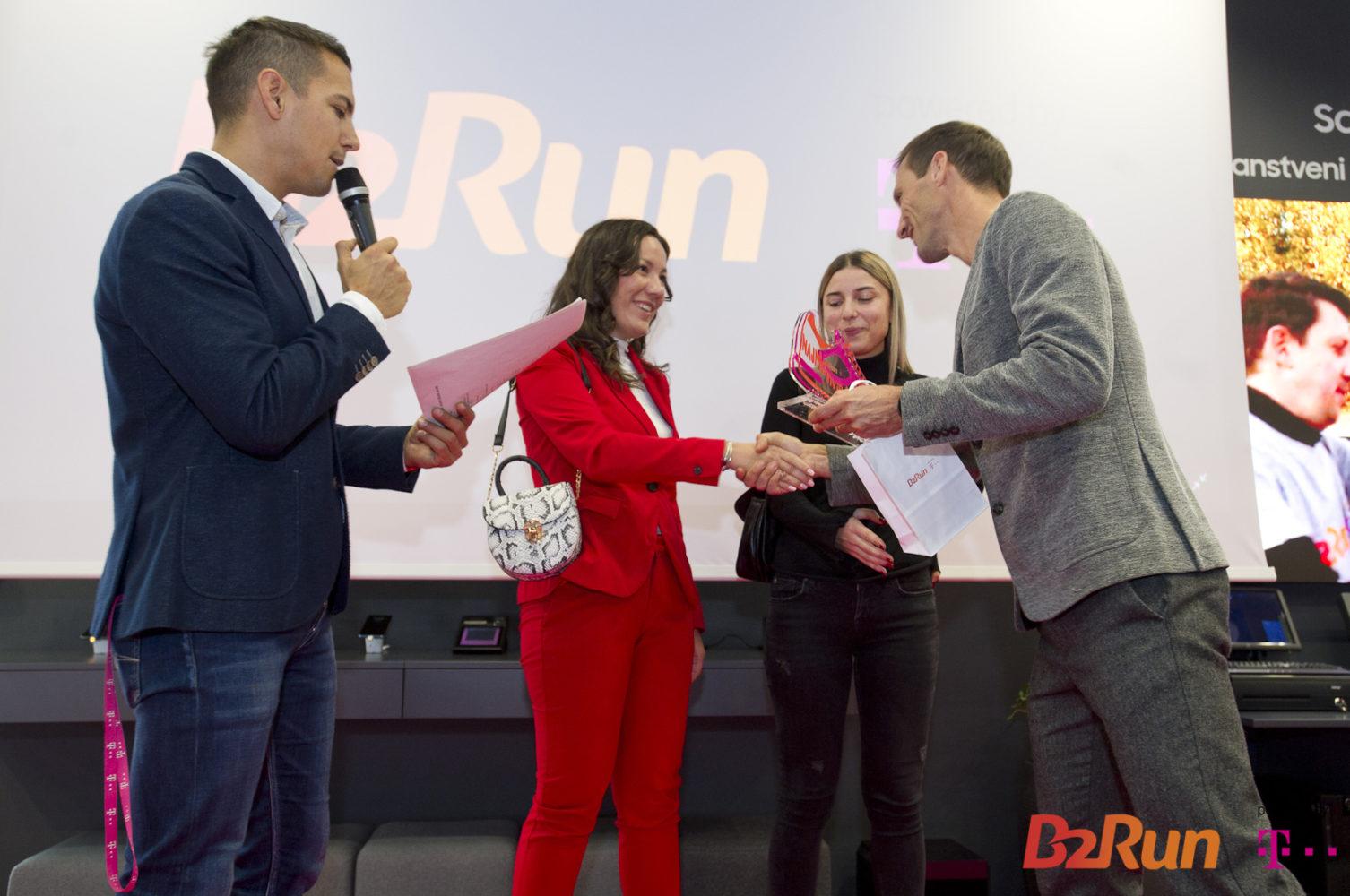 dejan-patrcevic-dodjeljuje nagradu-najmotiviranijem-timu-b2run-2019